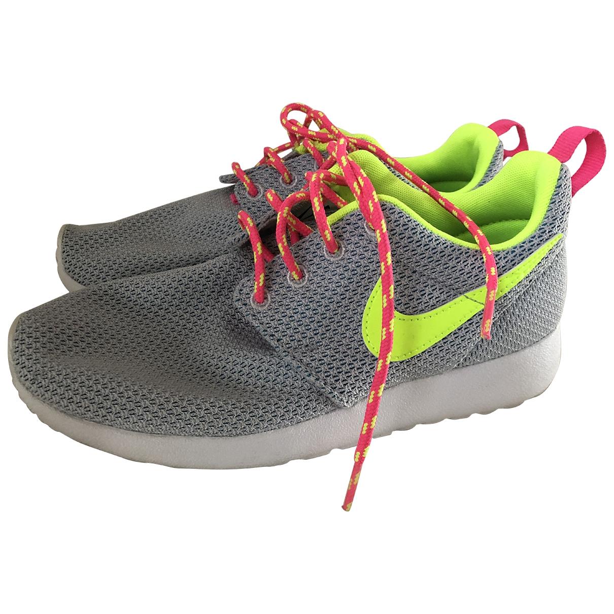 Nike Roshe Run Sneakers in  Grau Leinen